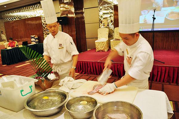 本次服务技能大赛的竞技项目分别有:餐饮部的中餐厅宴会摆台中餐图片